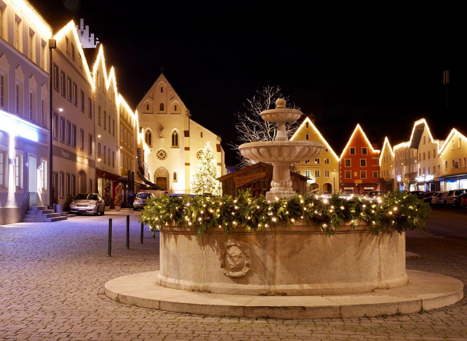 Weihnachtsbeleuchtung am Marktplatz in Markt Aidenbach, Deutschland